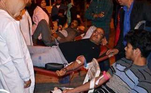 مئات المصريين يتبرعون بالدم لمصابي هجوم مسجد الروضة.. الإرهابيون استهدفوا عربات الإسعاف