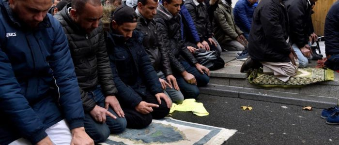فرنسا تمنع المسلمين من الصلاة في الشارع