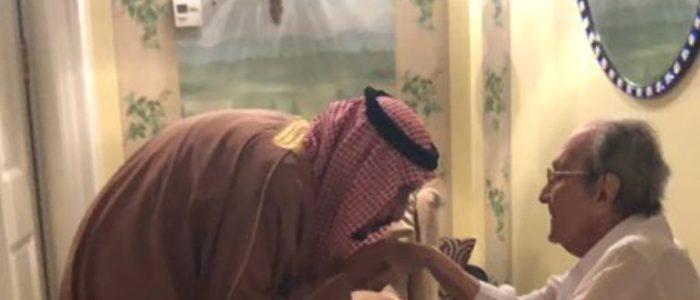 بالصور..الملك سلمان يقبل يد شقيقه طلال في عزاء شقيقتهم..رغم اعتقال ابنه الوليد