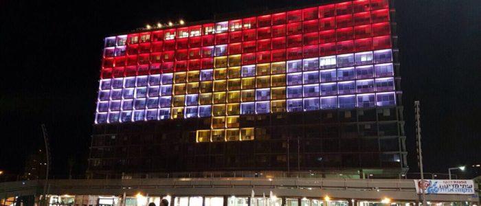 علم مصر يضئ معالم العالم تكريما لضحايا هجوم مسجد الروضة
