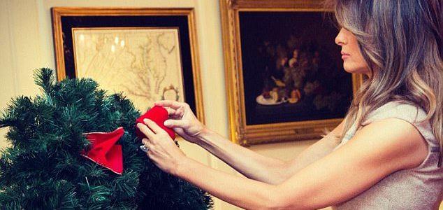 ميلانيا ترامب تزين البيت الأبيض احتفالا بعيد الميلاد وهي بكامل أناقتها