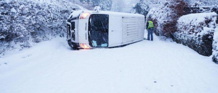 بالصور..قنابل الثلج تضرب بريطانيا وتوقف حركة المطارات والقطارات وتغلق الطرق