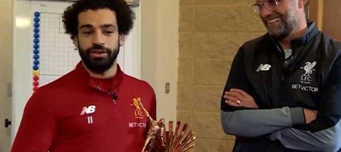 شاهد لحظة مفاجأة محمد صلاح بجائزة أفضل لاعب أفريقي في غرفة الملابس..مدربه سلمه الجائزة