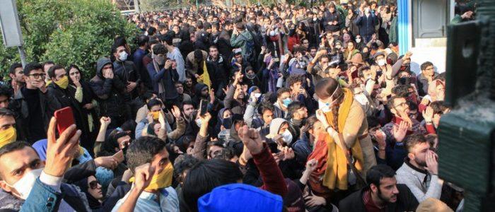 """بالفيديو.. إضراب """"بازار طهران"""" احتجاجا علي أسعار الدولار والذهب"""