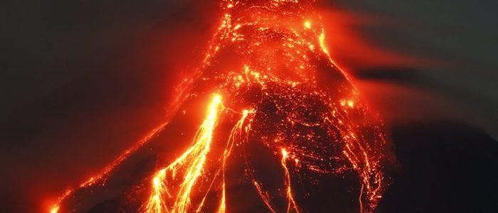 بالفيديو.. اندلاع الحمم البركانية من جبل مايون في الفلبين