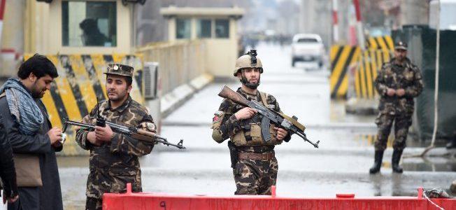 طالبان تشن هجوما علي قاعدة عسكرية يودي بحياة 18 جندياً
