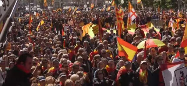خروج الآلاف من مناهضي استقلال كتالونيا في  مظاهرة ببرشلونة