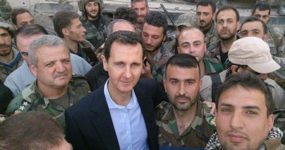 الأسد يزور قواته بالغوطة الشرقية مع نزوح 50 ألف مدني