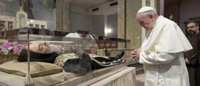 البابا يصلي من أجل راهب راحل يعتقد أنه صارع الشيطان