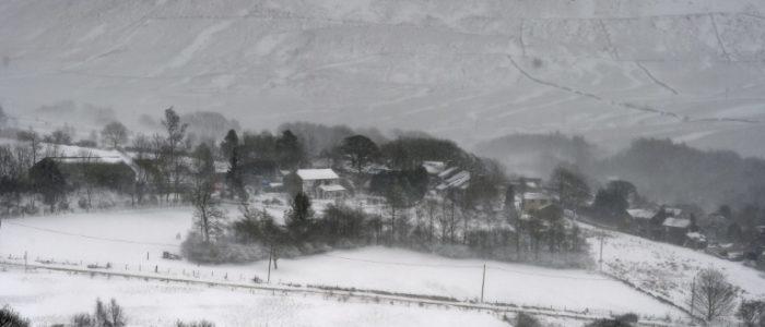 الثلوج تتسبب بالغاء الرحلات في هيثرو واحتفالات الرغبي في ايرلندا
