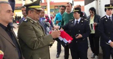 أمن الغربية يوزع مياه وأعلام مصر وشيكولاته على الناخبين أمام اللجان