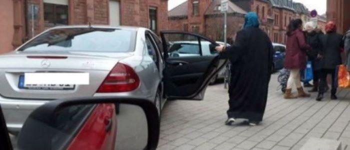 تعرف علي سر المرأة المحجبة التي تقف بعربية مرسيدس في ألمانيا