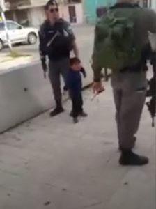 جنود إسرائيليون يواجهون طفلا عمره 3 سنوات