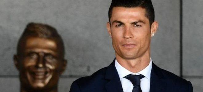 فنان ينحت تمثالا جديدا لنجم كرة القدم رونالدو