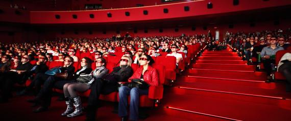 رجل يموت بعد أن عَلِقَ في أحد مقاعد السينما