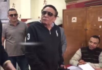 بالفيديو.. عادل أمام يدلي بصوته ويمزح مع موظفة بشأن وزنها
