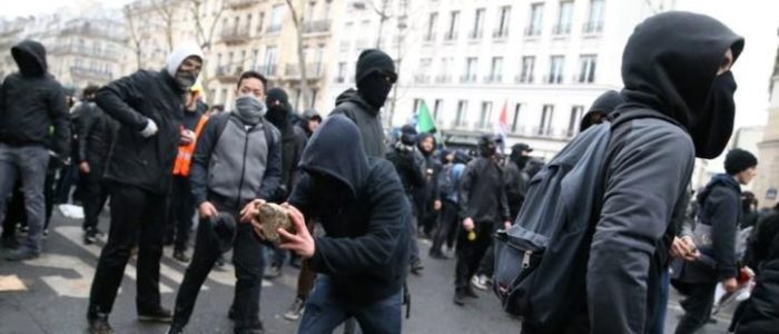 شرطة فرنسا تطلق الغاز المسيل للدموع في احتجاجات وإضرابات ضد ماكرون