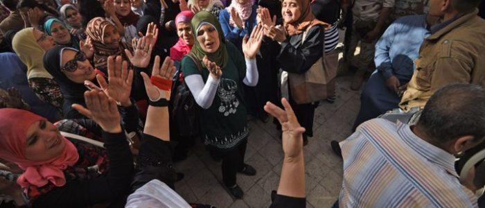 رقص وغناء أمام مقار الانتخابات بمصر