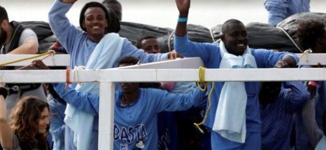 إيطاليا تصادر سفينة منعت إعادة مهاجرين إلى ليبيا