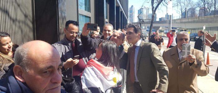 سفير مصر فى نيويورك يستقبل الناخبين أمام مقر  السفارة