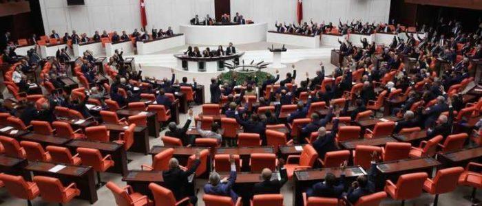 البرلمان التركي يجرد نائبين مؤيدين للأكراد من العضوية