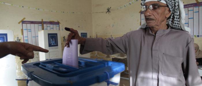 تمزيق لافتات الإنتخابات من علي جدران بغداد