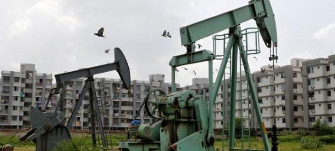 النفط يصعد وسط توقعات بخفض معروض أوبك لكن مخاوف التجارة تخيم على السوق