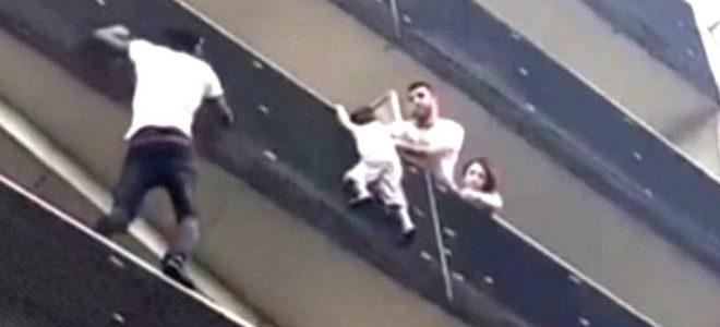 """""""رجل عنكبوت"""" أفريقي يثير إعجاب الفرنسيين بعد إنقاذ طفل كاد يسقط من الدور الرابع"""