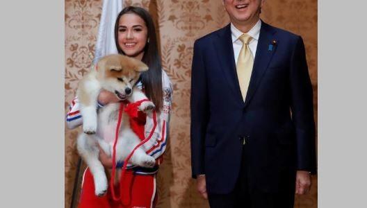 رئيس وزراء اليابان يشارك في إهداء بطلة أولمبية روسية كلبا
