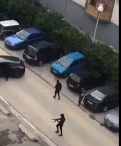 """بالفيديو.. لحظة دخول عصابة مسلحة وإطلاق النار بحي """"بوسرين"""" بمدينة مرسيليا"""