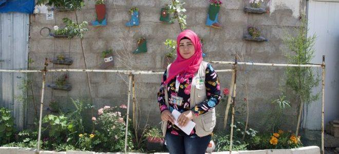 لاجئون سوريون يحولون مخيمهم إلى حدائق مزهرة
