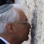 """عريقات يصف تصرفات السفير الأمريكي في تل أبيب بـ""""المنحطة والحقيرة"""""""