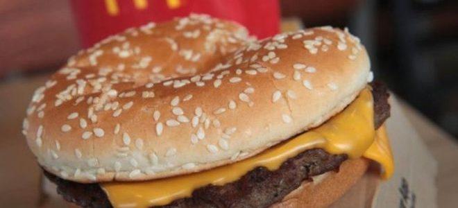 """اعتقال موظفة في """"ماكدونالدز"""" بتهمة العبث بطعام ضابط شرطة"""