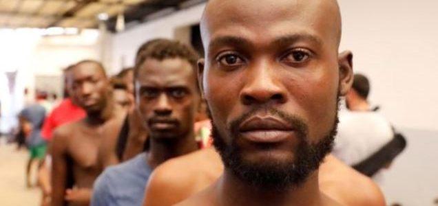 مهاجرون من شرق أفريقيا يفرون من مهربين بمركز لتهريب البشر في ليبيا