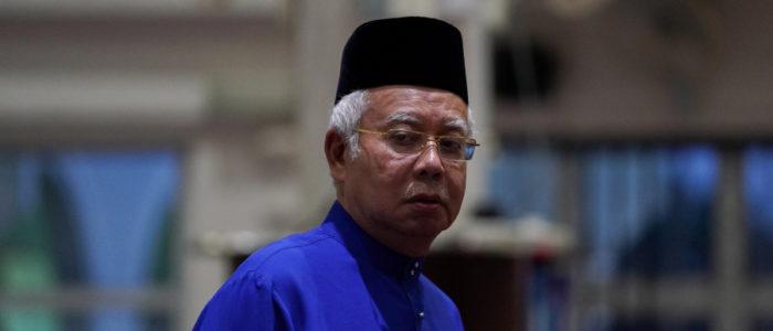 قاتل مأجور يزيد من مصائب رئيس الوزراء الماليزي السابق.. عرض الكشف عن تفاصيل جريمة قتلٍ متهم بها نجيب، لكن بشرط