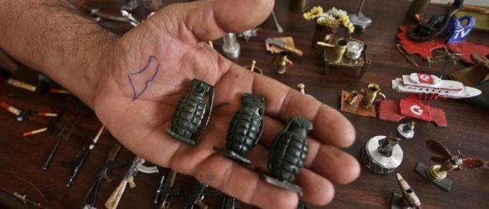 هدفه إظهار حقيقة النضال الفلسطيني.. فنانٌ من غزة يحوّل الرصاص والشظايا إلى قطعٍ فنية
