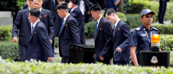 الزعيم الكوري حمل معه كل احتياجاته الخاصة إلى سنغافورة ومن ضمنها مرحاضه الخاص، والمفاجأة أنه يحتفظ بفضلاته ليعود بها!