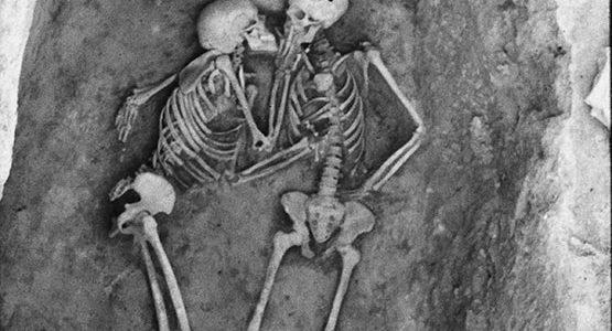 """ما قصة رفات """"العاشقَين"""" اللذين يحتضن أحدهما الآخر منذ 2800 عام؟"""
