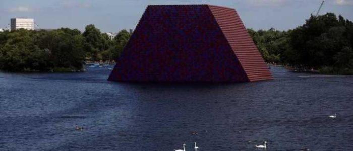 مجسم فرعوني يفاجئ رواد بحيرة هايد بارك