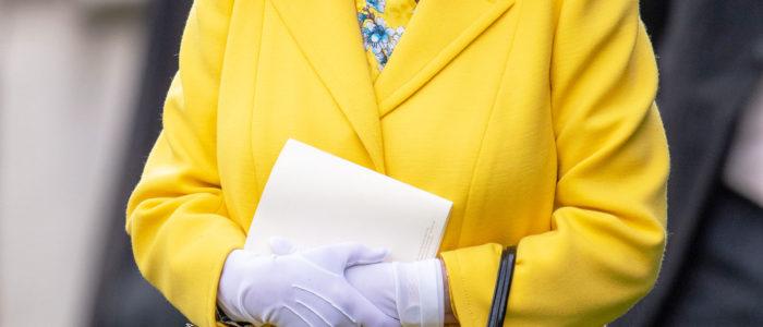 بالصور.. الملكة اليزابيث تتألق بألوان فاتحة في رويال اسكوت