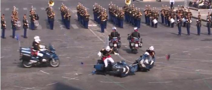 بالفيديو.. خطآن فادحان في العيد الوطني الفرنسي
