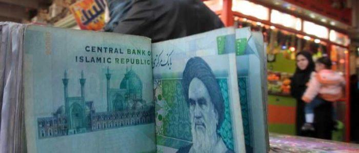 """البنك المركزي الإيراني """"يستسلم"""" أمام استمرار انهيار العملة"""
