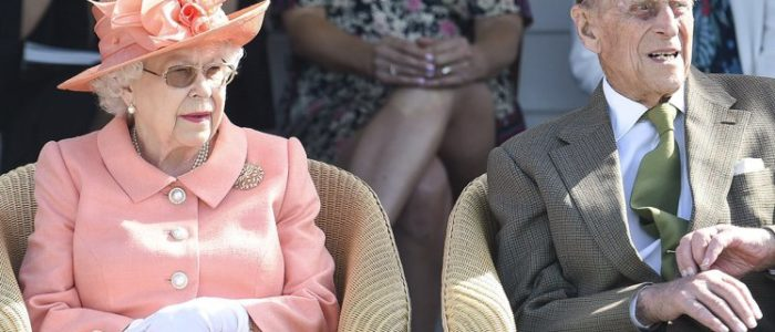 الأمير فيليب زوج ملكة بريطانيا ينجو من حادث سير