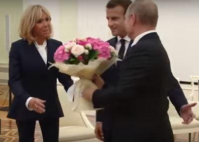 بالفيديو.. بوتين يهدي زوجة ماكرون باقة من الزهور