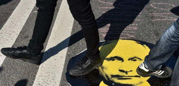 """محتجو موسكو يرفعون لافتات """"بوتين حرامي"""""""