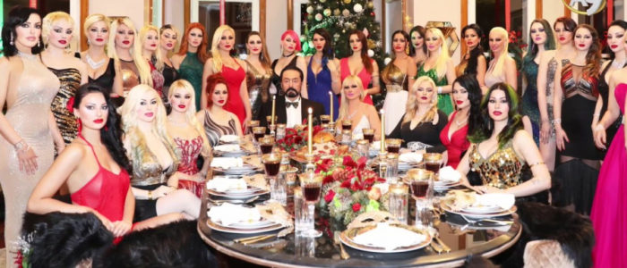 """شاهد لحظة اعتقال """"الداعية الإسلامي"""" التركي الذي يحاضر وهو جالس بين الراقصات"""