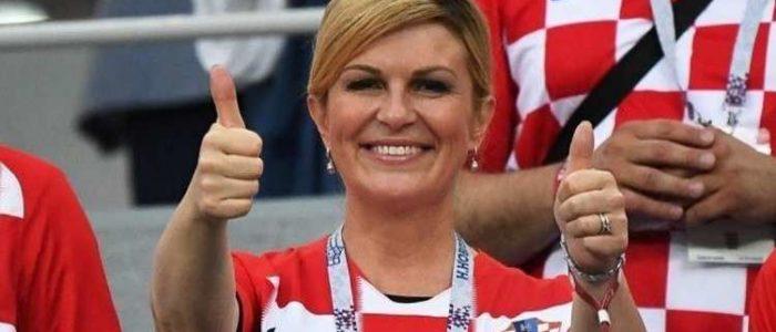 بالفيديو.. رئيسة كرواتيا تهدي بوتين قميص منتخبها وتهنيء ماكرون بقبلة
