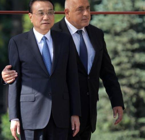 ئيس الوزراء الصيني لي كه تشيانغ (الى اليسار) ونظيره البلغاري بويكو بوريسوف خلال مراسم في صوفيا