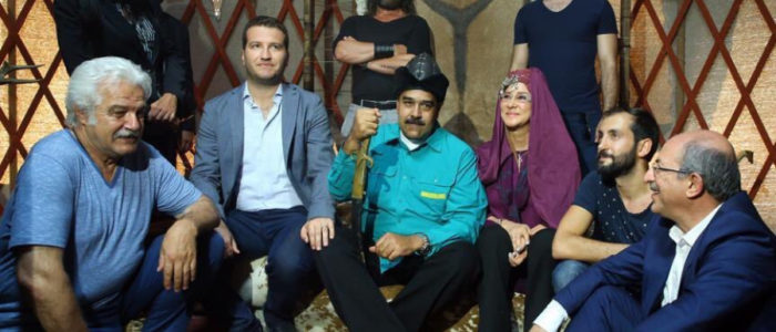"""رئيس فنزويلا أثناء زيارته لـ خيمة """"أرطغرل"""" وزوجته ترتدي زي حليمة هاتون"""