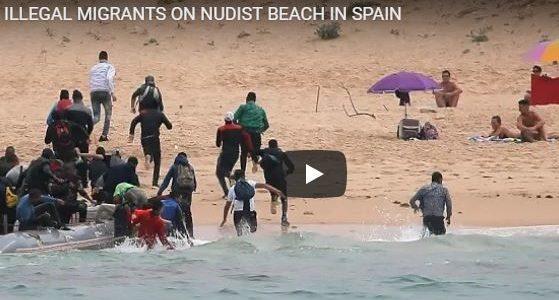 بالفيديو.. مهاجرين نزلوا شاطيء للعراة بالخطأ في أسبانيا